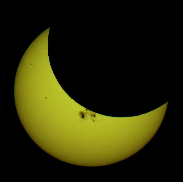 Partial_solar_eclipse_Oct_23_2014_Minneapolis_5-36pm_Ruen1