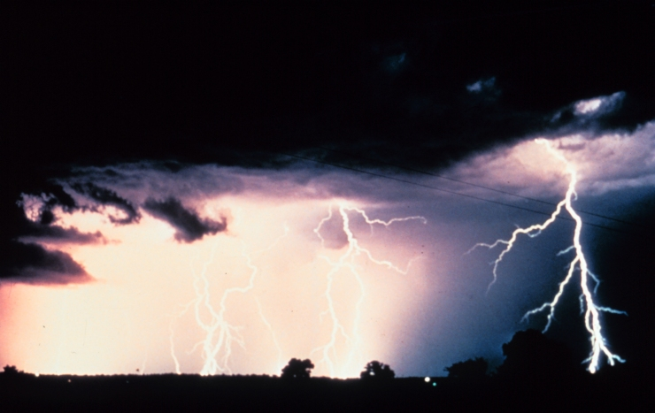 Multiple_cloud-to-cloud_and_cloud-to-ground_lightning_strokes_-_NOAA