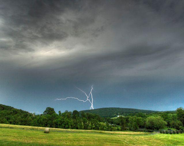 753px-Lightning_over_Short_Hill_Mountain
