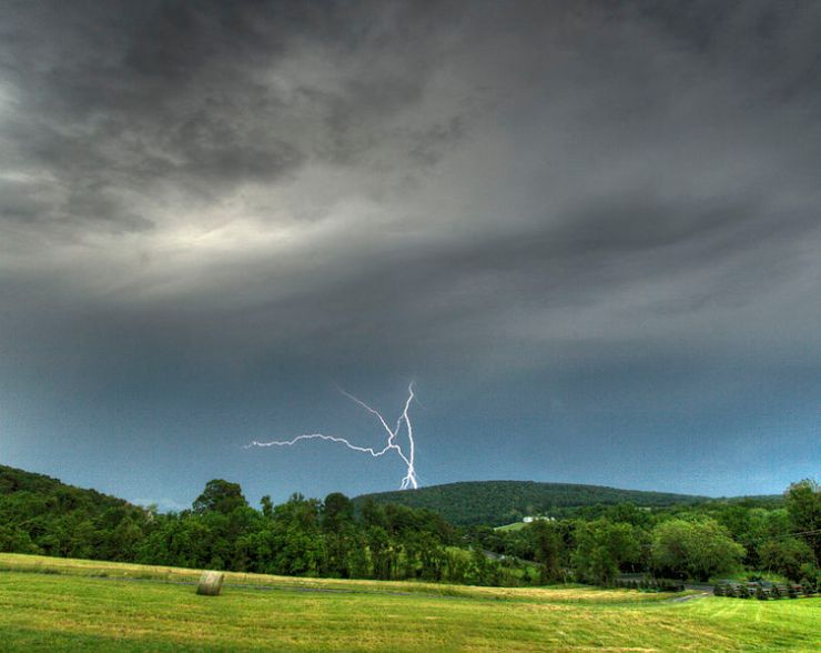 753px-Lightning_over_Short_Hill_Mountain