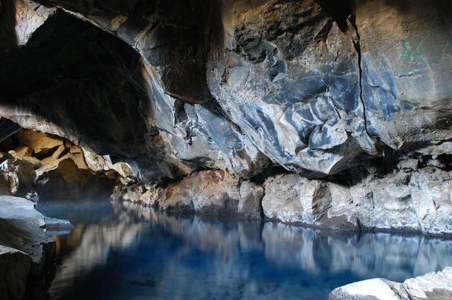 800px-Grjótagjá_caves_in_summer_2009_(2)