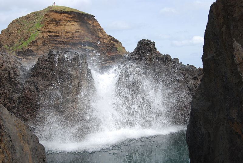 800px-Waves_crashing_over_rocks,_Porto_Moniz,_Madeira,_Portugal